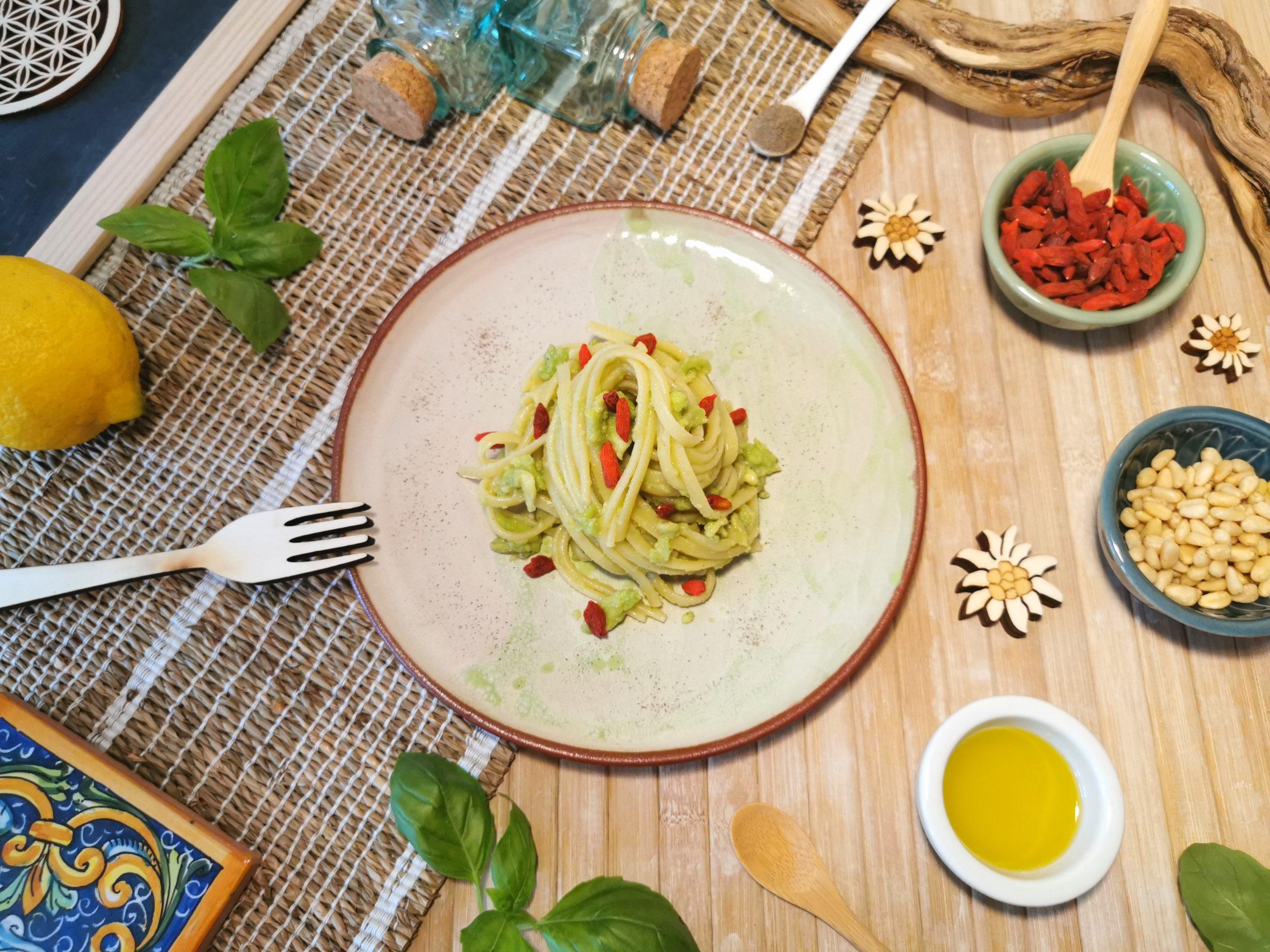 Linguine alla crema di avocado con bacche di goji