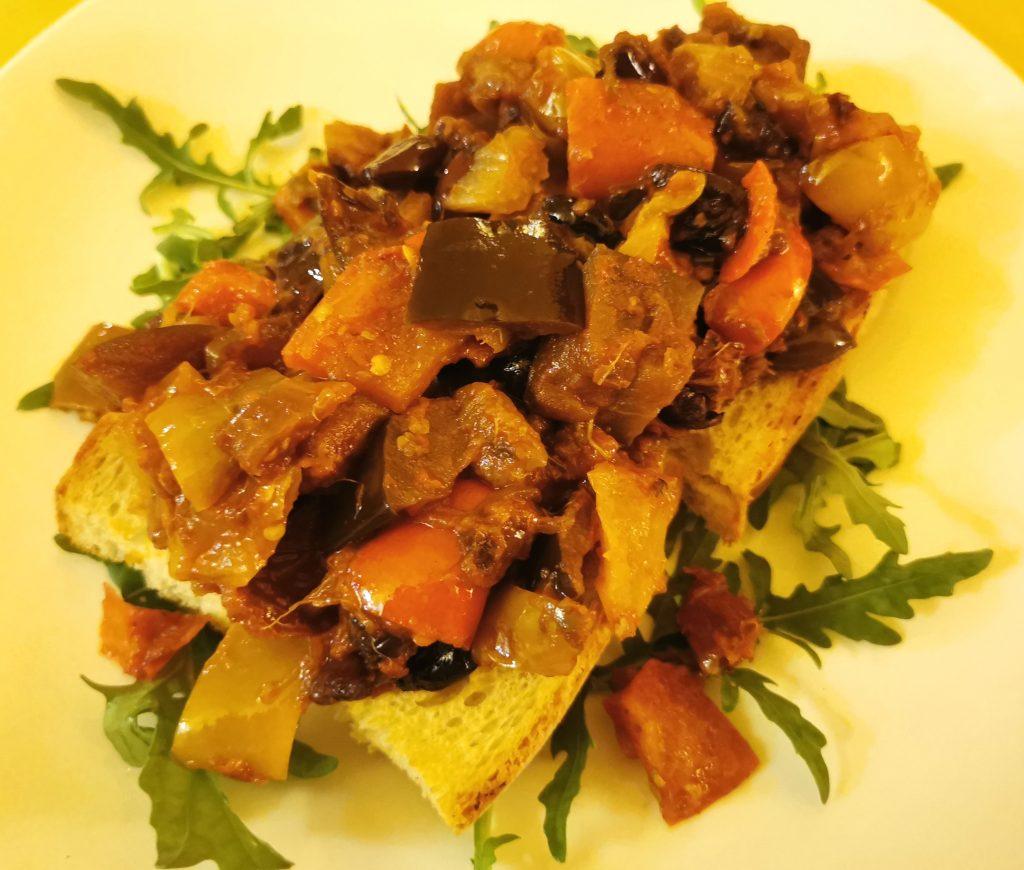 Bruschetta con caponata siciliana del ristorante Nadamas
