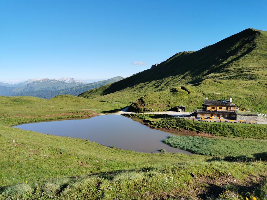 Passo Rolle Lago Montagna