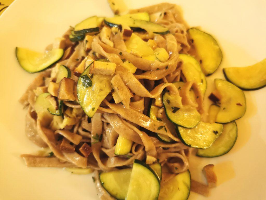 Tagliatelle fatte in casa con tofu affumicato, zenzero e zucchine del ristorante Nadamas