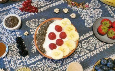 Breakfast Bowl con yogurt di cocco, frutta e superfood