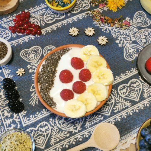 Breakfast bowl - yogurt di cocco, frutta e superfood