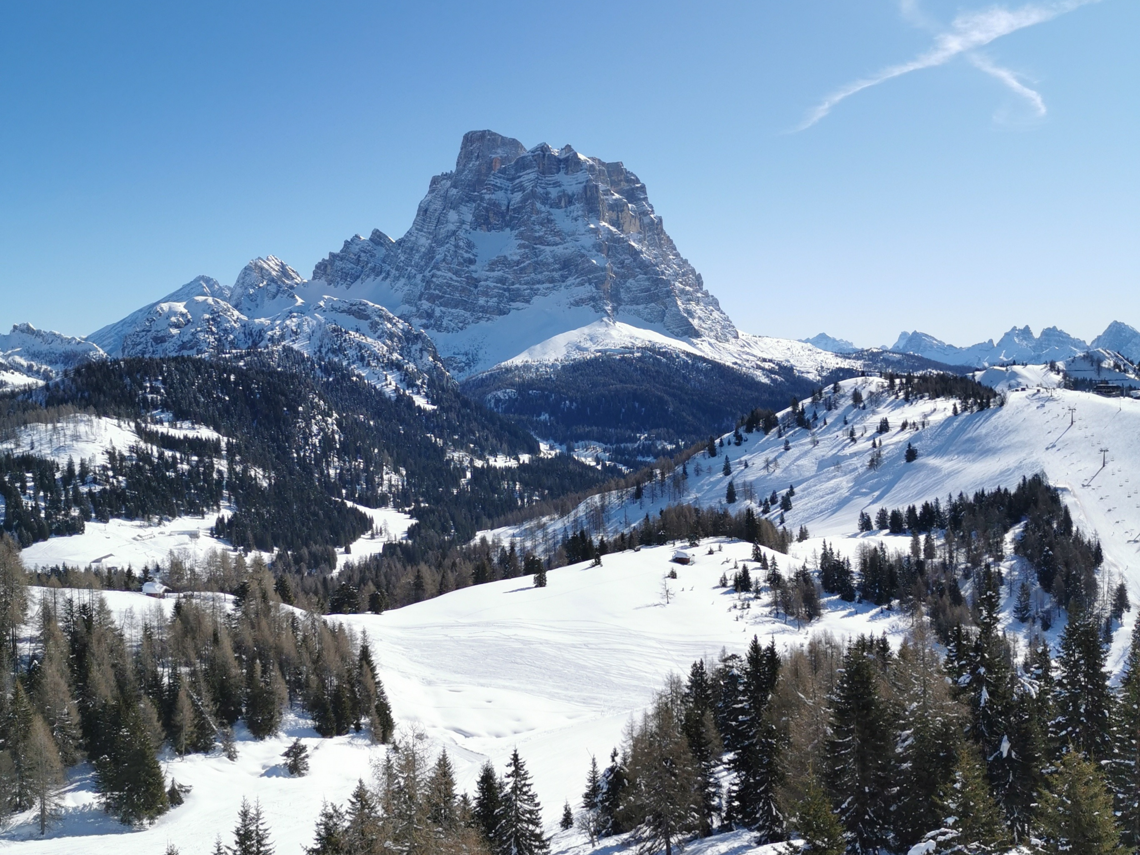 Con gli sci d'alpinismo ad Alleghe guardando il Monte Pelmo