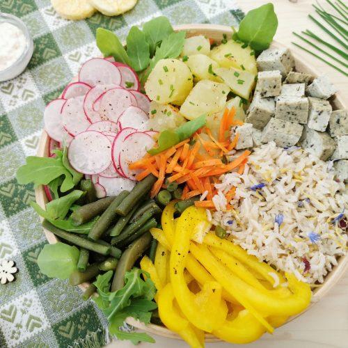 Buddha bowl con verdure, riso ai fiori di montagna e tofu saporito