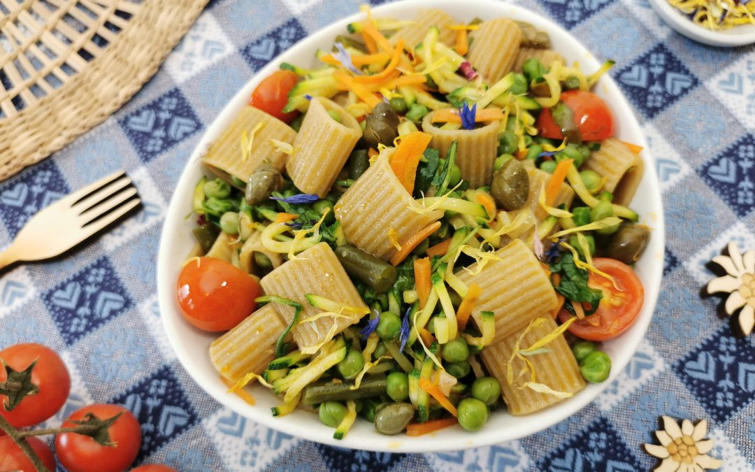 Insalata di pasta con verdure e fiori di montagna