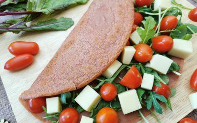 Crêpes rosse alla barbabietola con pomodorini e rucola