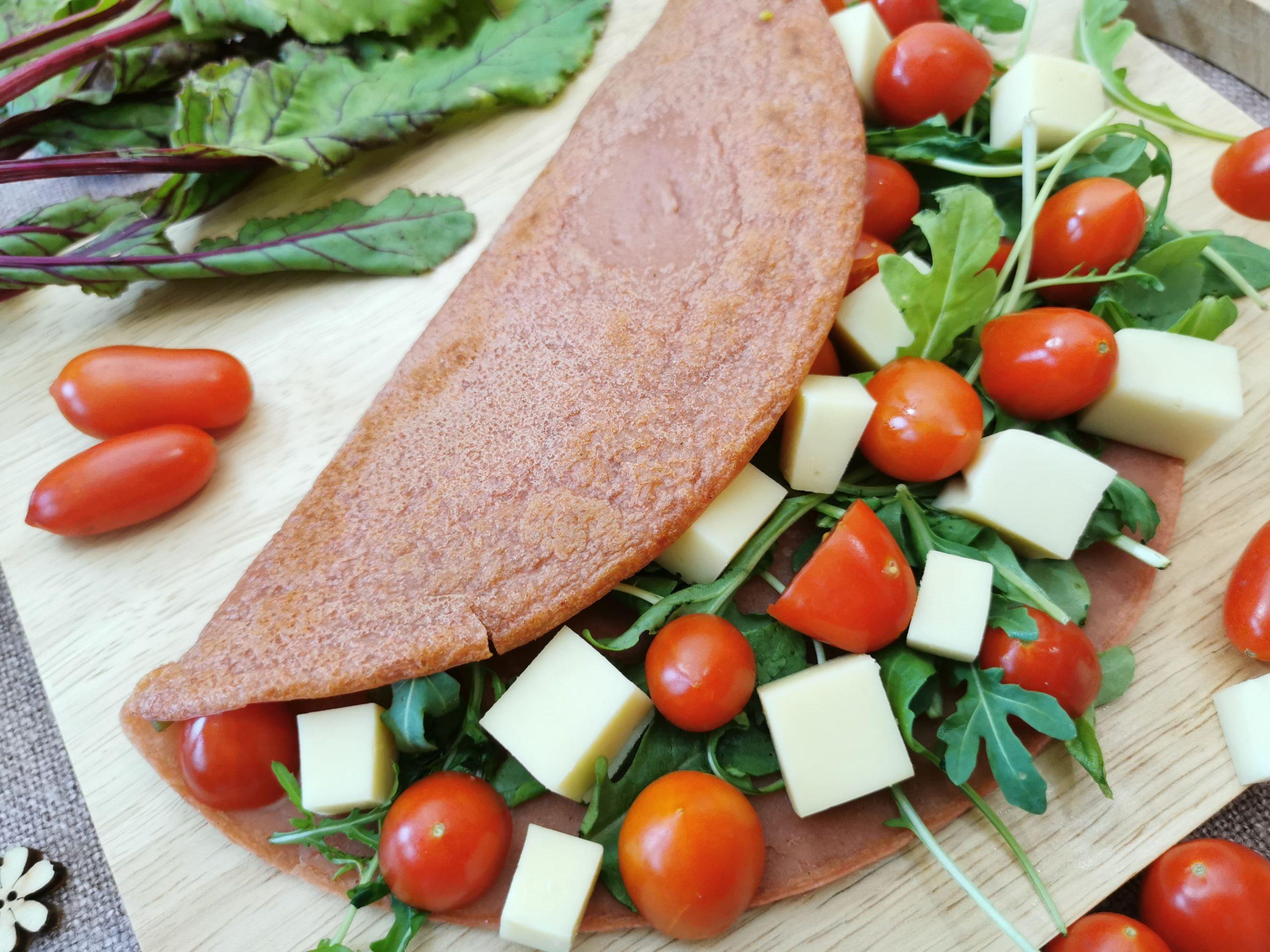 Crêpe rossa alla barbabietola vegan con pomodorini e rucola | merenda sana